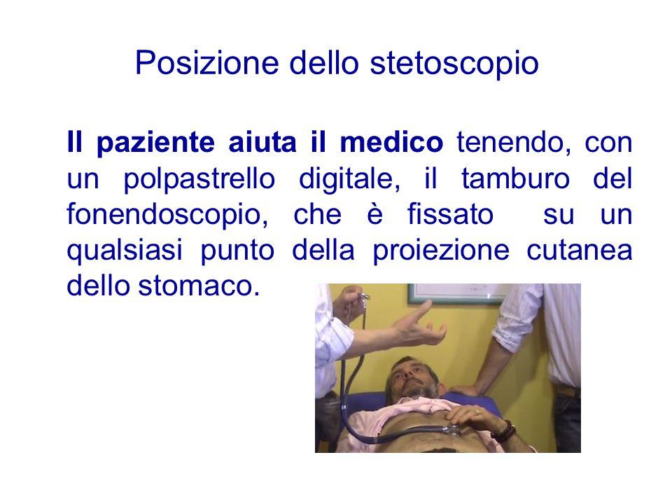 Posizione dello stetoscopio Il paziente aiuta il medico tenendo, con un polpastrello digitale, il tamburo del fonendoscopio, che è fissato su un quals