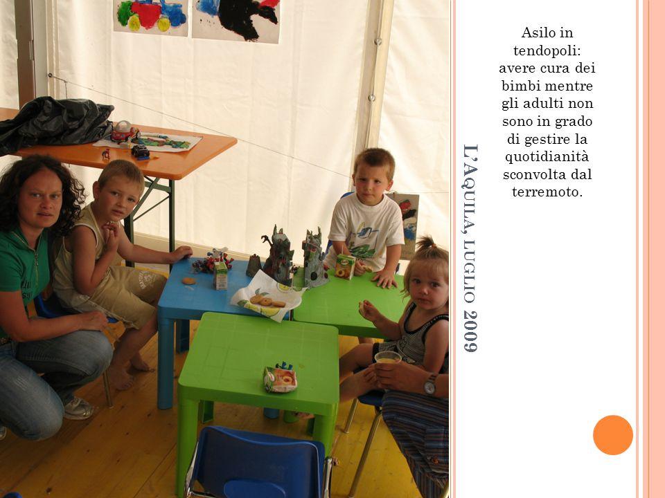 L'A QUILA, LUGLIO 2009 Asilo in tendopoli: avere cura dei bimbi mentre gli adulti non sono in grado di gestire la quotidianità sconvolta dal terremoto