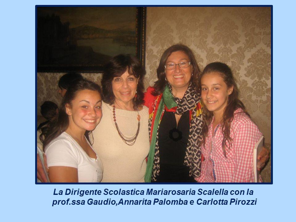 La Dirigente Scolastica Mariarosaria Scalella con la prof.ssa Gaudio,Annarita Palomba e Carlotta Pirozzi