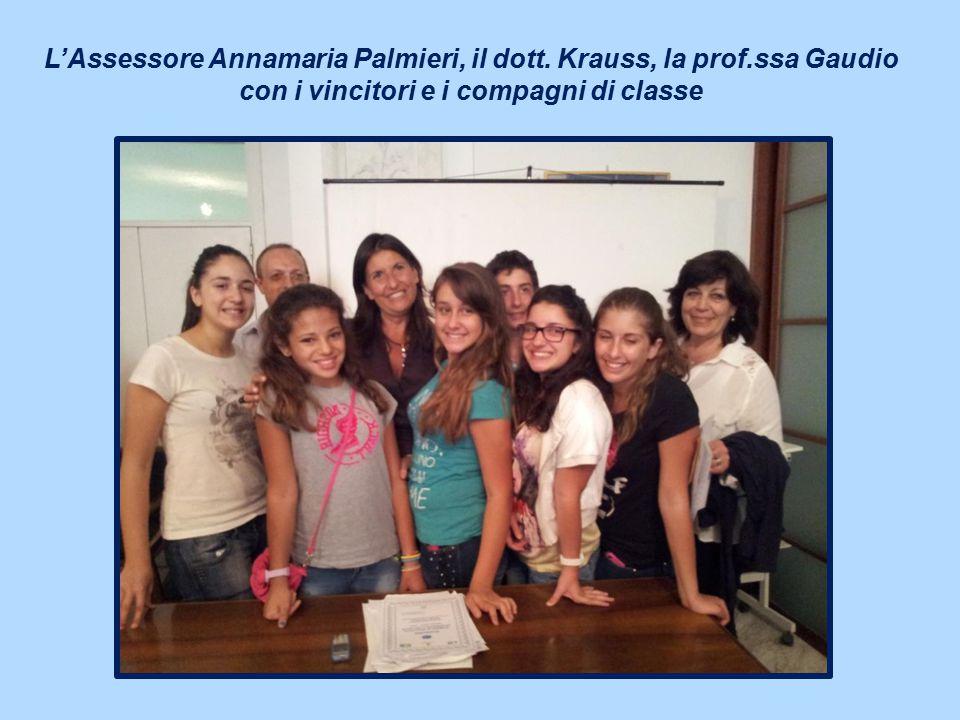 L'Assessore Annamaria Palmieri, il dott. Krauss, la prof.ssa Gaudio con i vincitori e i compagni di classe