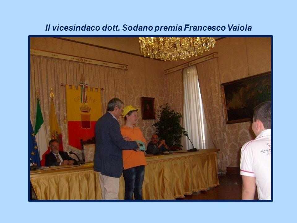 Il vicesindaco dott. Sodano premia Francesco Vaiola