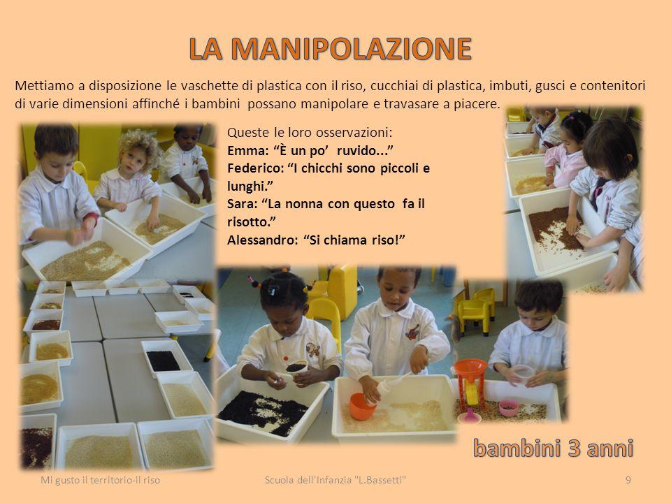 Mettiamo a disposizione le vaschette di plastica con il riso, cucchiai di plastica, imbuti, gusci e contenitori di varie dimensioni affinché i bambini