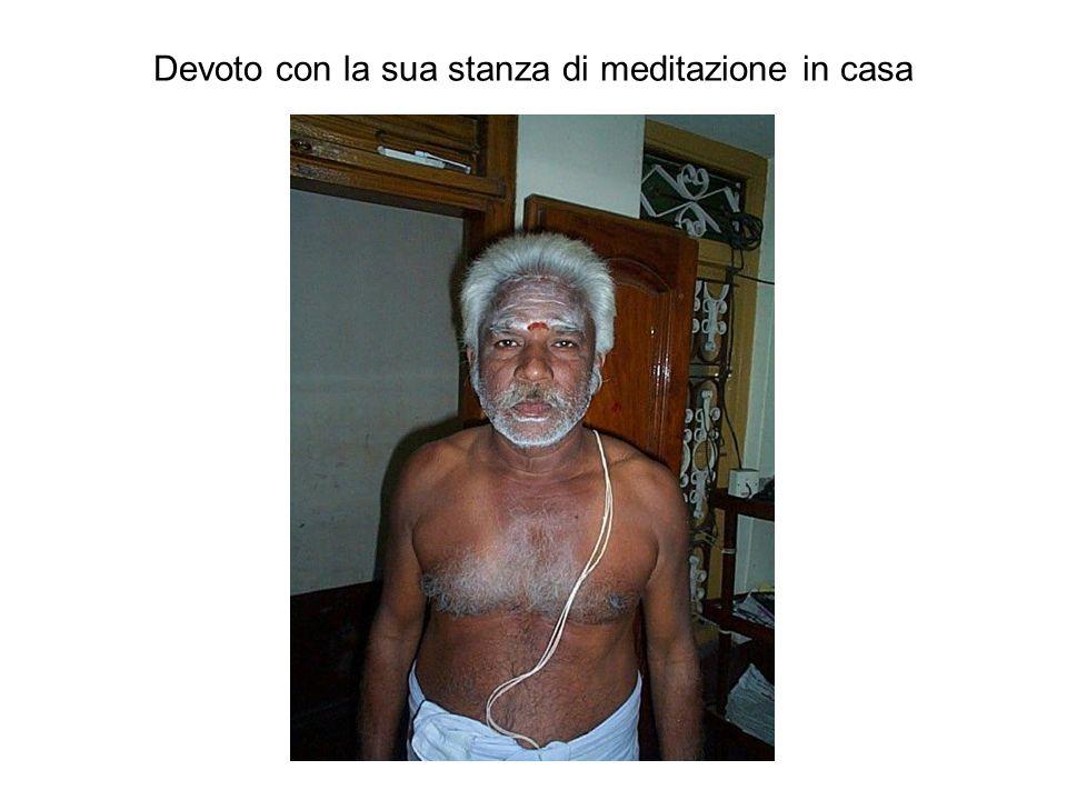 Devoto con la sua stanza di meditazione in casa