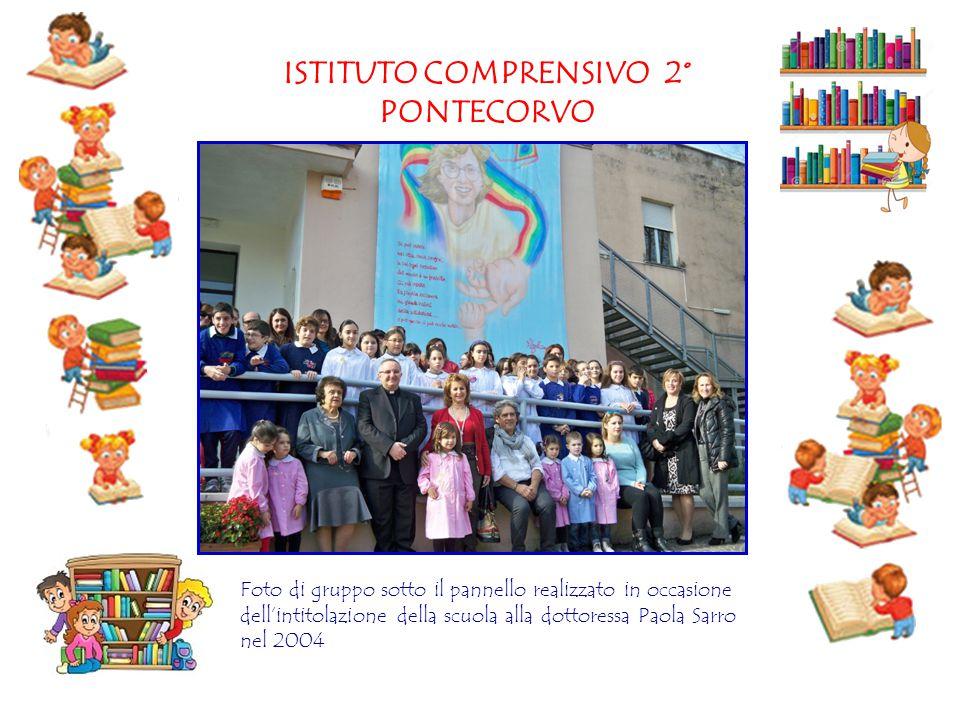 ISTITUTO COMPRENSIVO 2° PONTECORVO Foto di gruppo sotto il pannello realizzato in occasione dell'intitolazione della scuola alla dottoressa Paola Sarr