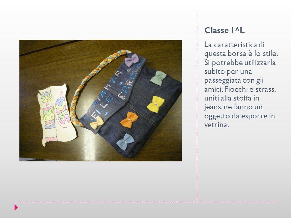 Classe 1^L La caratteristica di questa borsa è lo stile. Si potrebbe utilizzarla subito per una passeggiata con gli amici. Fiocchi e strass, uniti all
