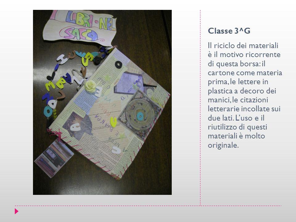 Classe 3^G Il riciclo dei materiali è il motivo ricorrente di questa borsa: il cartone come materia prima, le lettere in plastica a decoro dei manici, le citazioni letterarie incollate sui due lati.