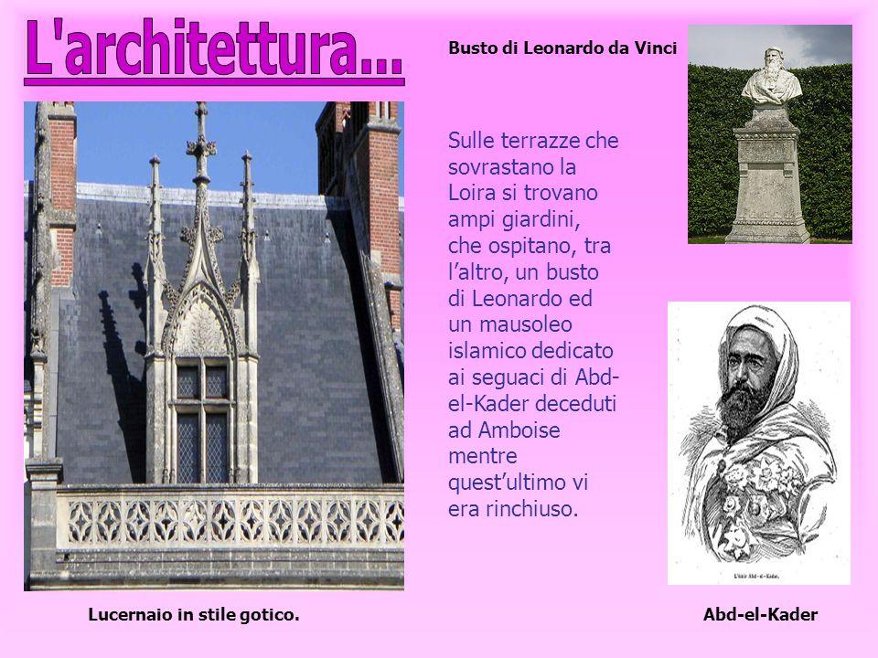 Lucernaio in stile gotico. Sulle terrazze che sovrastano la Loira si trovano ampi giardini, che ospitano, tra l'altro, un busto di Leonardo ed un maus