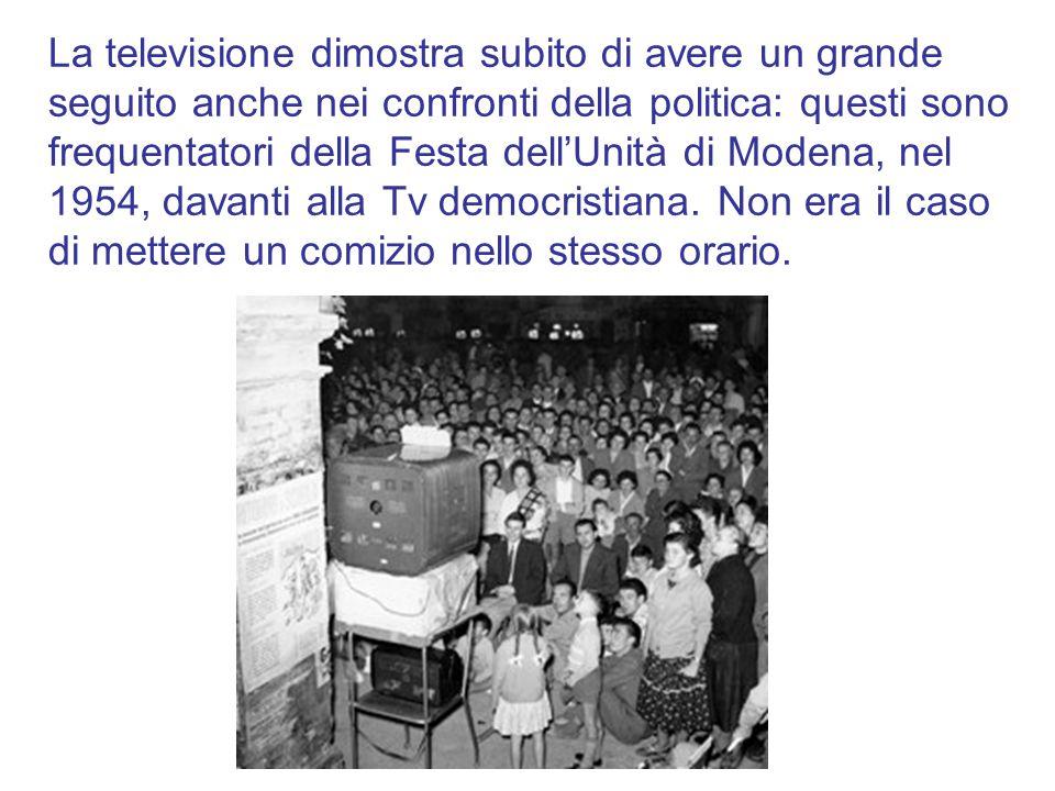 La televisione dimostra subito di avere un grande seguito anche nei confronti della politica: questi sono frequentatori della Festa dell'Unità di Modena, nel 1954, davanti alla Tv democristiana.