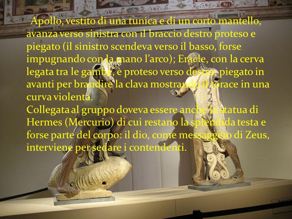Apollo, vestito di una tunica e di un corto mantello, avanza verso sinistra con il braccio destro proteso e piegato (il sinistro scendeva verso il bas