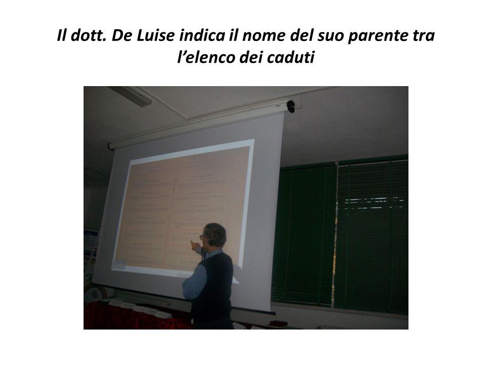 Il dott. De Luise indica il nome del suo parente tra l'elenco dei caduti