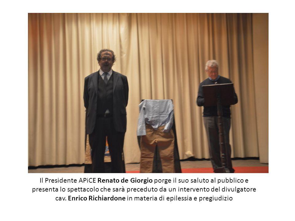 Il Presidente APiCE Renato de Giorgio porge il suo saluto al pubblico e presenta lo spettacolo che sarà preceduto da un intervento del divulgatore cav.
