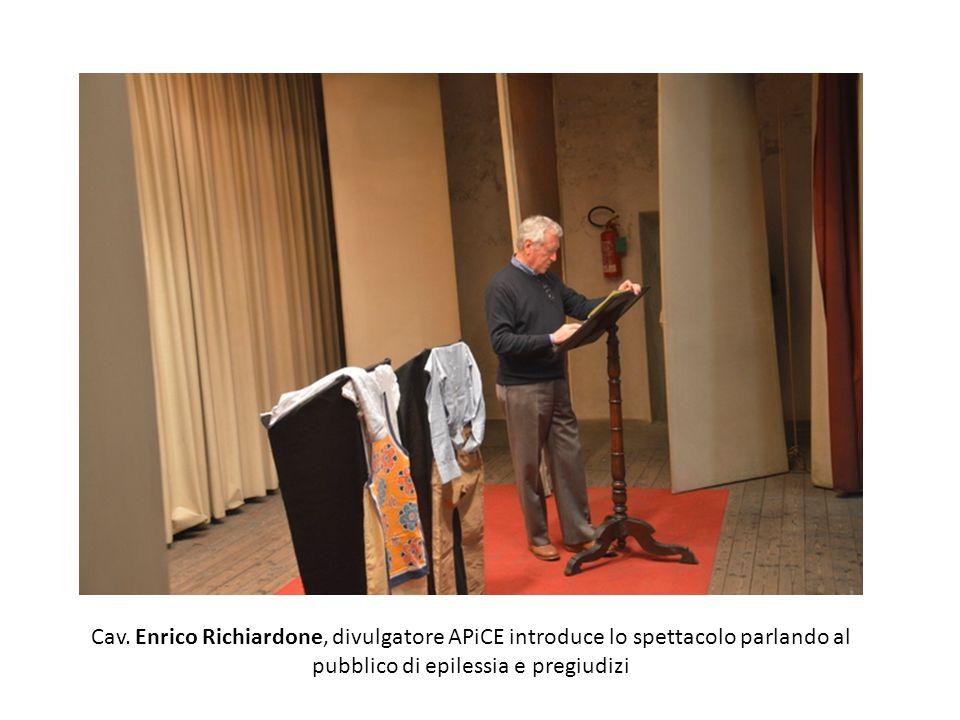 Cav. Enrico Richiardone, divulgatore APiCE introduce lo spettacolo parlando al pubblico di epilessia e pregiudizi