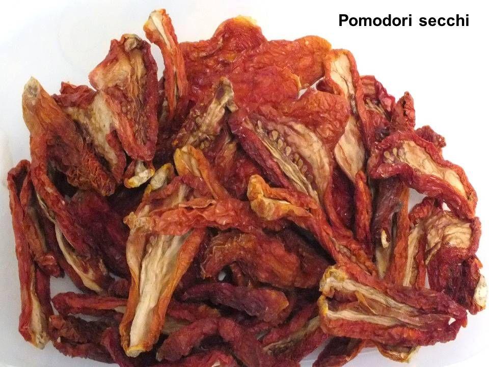 Pomodoro Roma Frutti medio grossi (70-80 grammi) di forma allungata a sezione cilindrica tipo pelato .