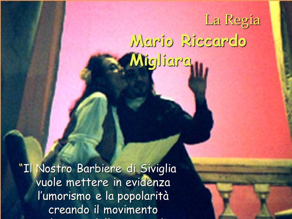 La Regia Il Nostro Barbiere di Siviglia vuole mettere in evidenza l'umorismo e la popolarità creando il movimento adeguato della piazza di Siviglia Mario Riccardo Migliara