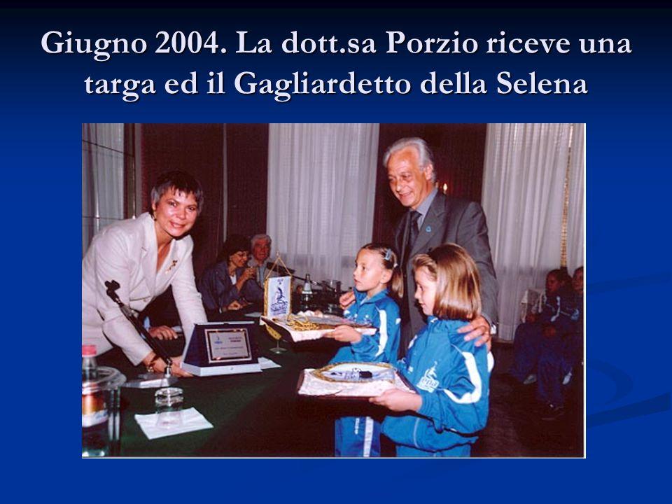Giugno 2004. La dott.sa Porzio riceve una targa ed il Gagliardetto della Selena