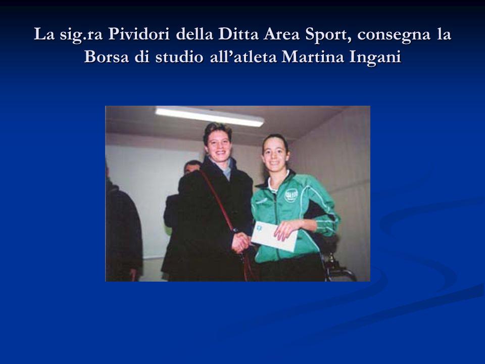 La sig.ra Pividori della Ditta Area Sport, consegna la Borsa di studio all'atleta Martina Ingani