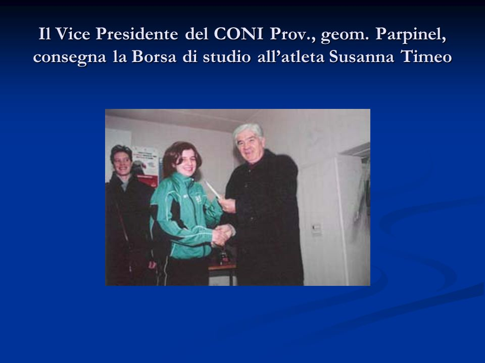 Il Vice Presidente del CONI Prov., geom. Parpinel, consegna la Borsa di studio all'atleta Susanna Timeo