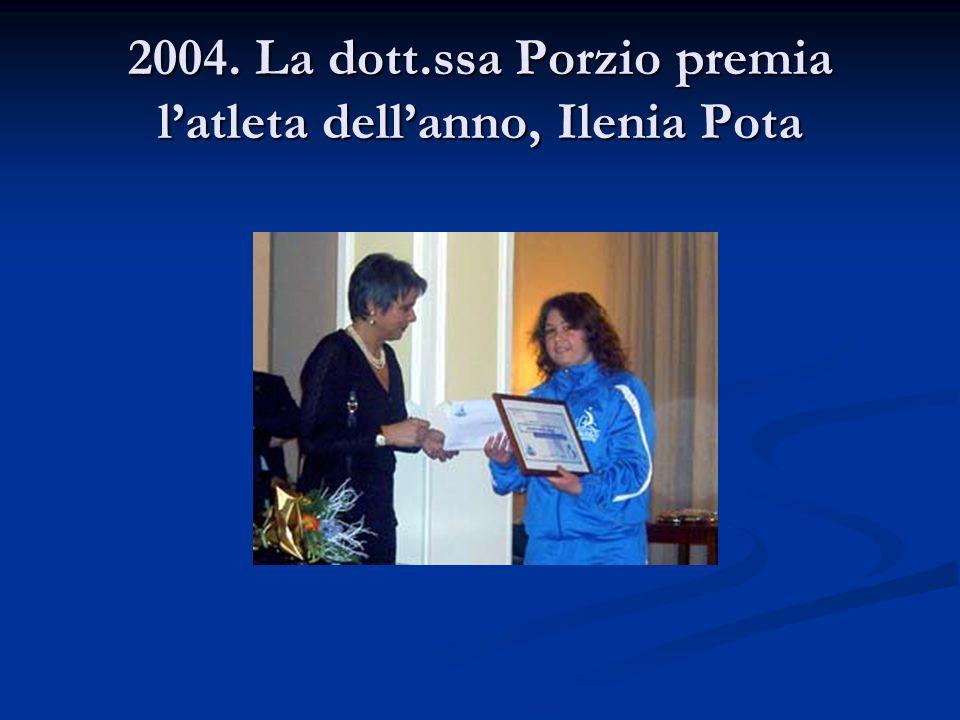 2004. La dott.ssa Porzio premia l'atleta dell'anno, Ilenia Pota