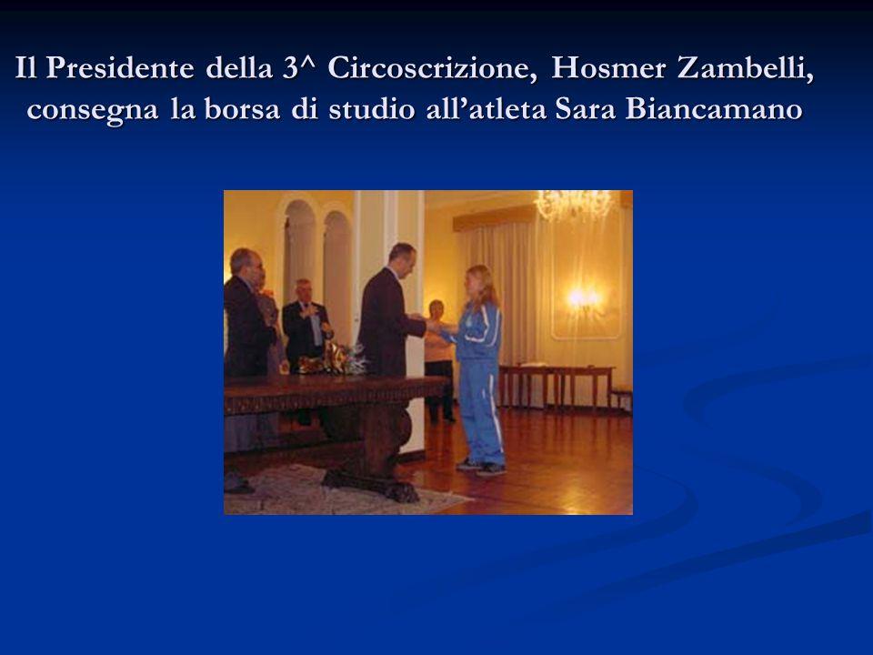 Il Presidente della 3^ Circoscrizione, Hosmer Zambelli, consegna la borsa di studio all'atleta Sara Biancamano