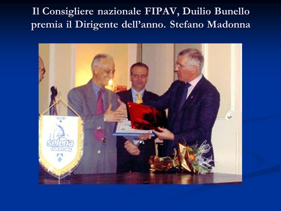 Il Consigliere nazionale FIPAV, Duilio Bunello premia il Dirigente dell'anno. Stefano Madonna