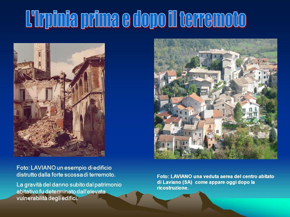 Foto: LAVIANO un esempio di edificio distrutto dalla forte scossa di terremoto. La gravità del danno subito dal patrimonio abitativo fu determinato da