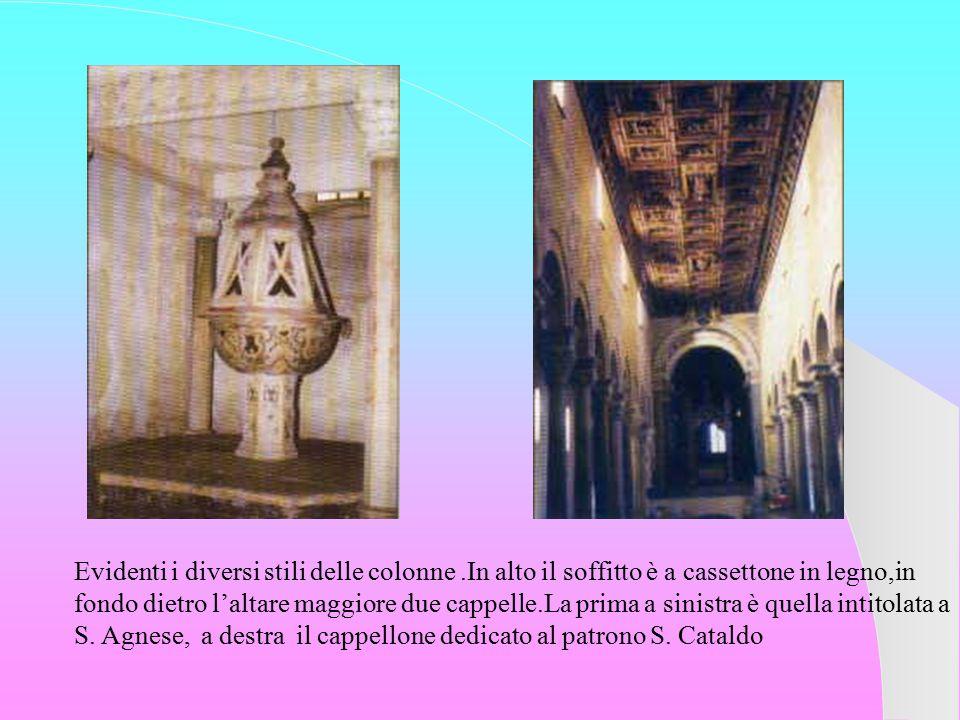 Evidenti i diversi stili delle colonne.In alto il soffitto è a cassettone in legno,in fondo dietro l'altare maggiore due cappelle.La prima a sinistra è quella intitolata a S.