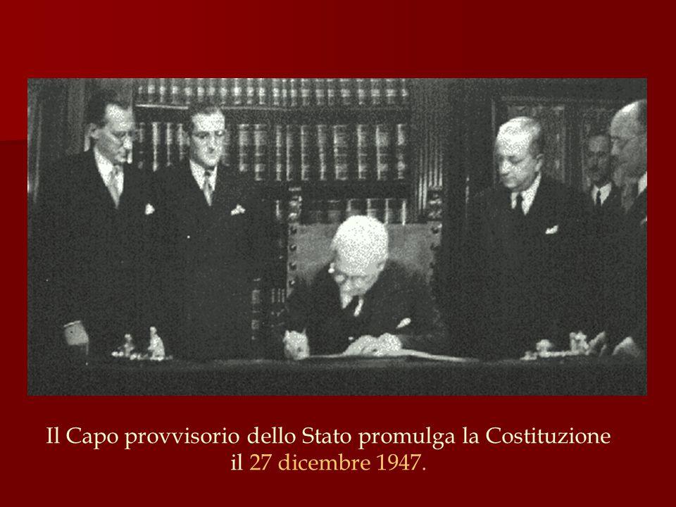 Il Capo provvisorio dello Stato promulga la Costituzione il 27 dicembre 1947.