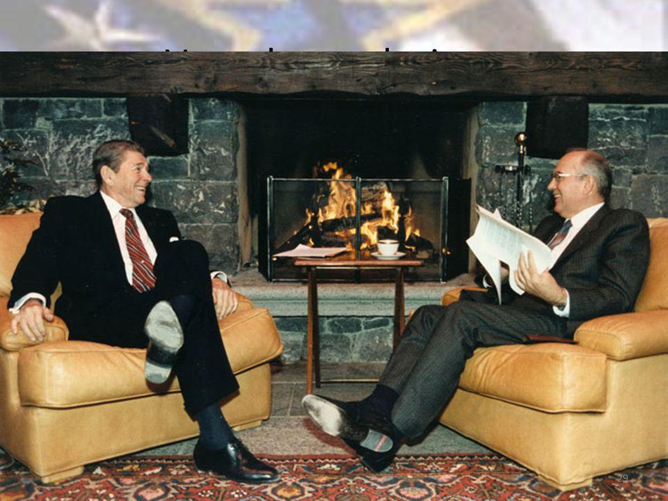 Verso la conclusione Ascesa di Gorbacev, atteggiamento più conciliante della seconda Amministrazione Reagan Sostanziale e rovinoso fallimento delle politiche riformatrici di Gorbacev (tentativo in ritardo di salvare il socialismo) Il crollo 29