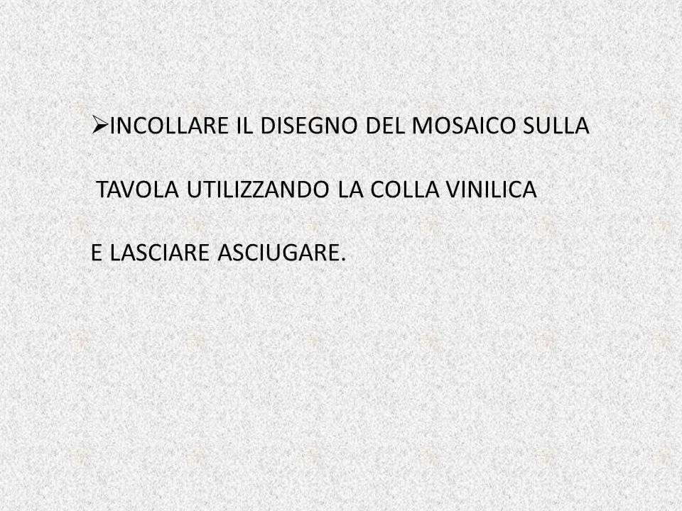  INCOLLARE IL DISEGNO DEL MOSAICO SULLA TAVOLA UTILIZZANDO LA COLLA VINILICA E LASCIARE ASCIUGARE.