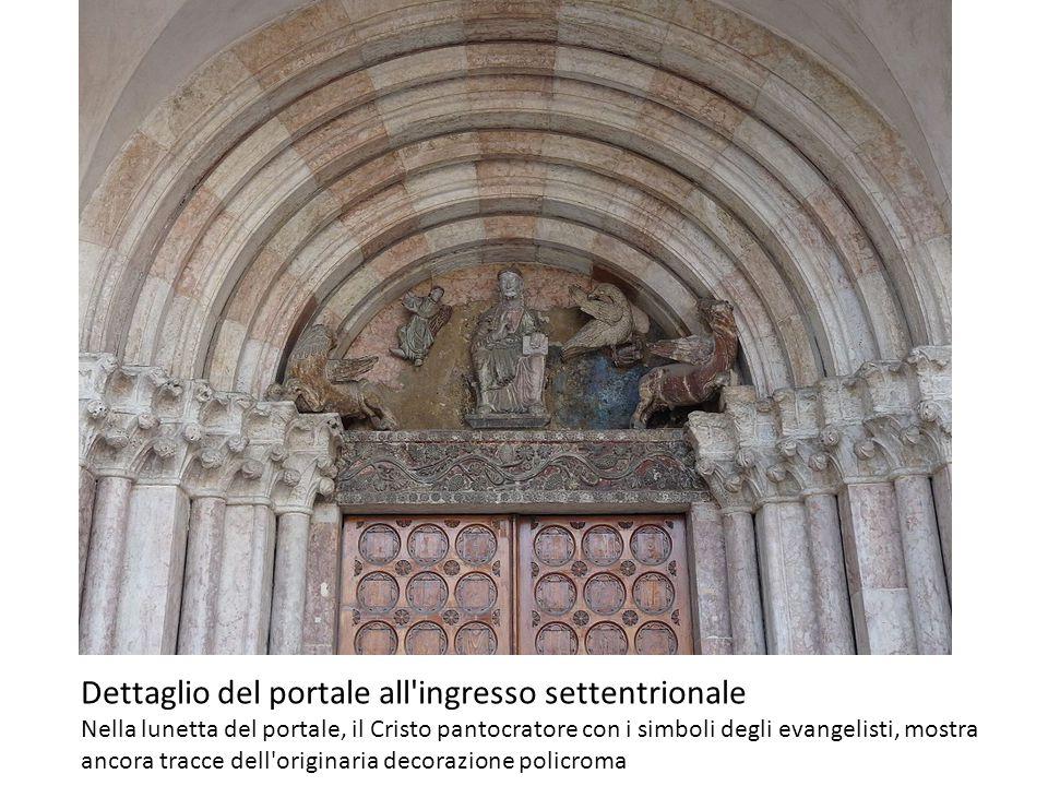 Dettaglio del portale all ingresso settentrionale Nella lunetta del portale, il Cristo pantocratore con i simboli degli evangelisti, mostra ancora tracce dell originaria decorazione policroma