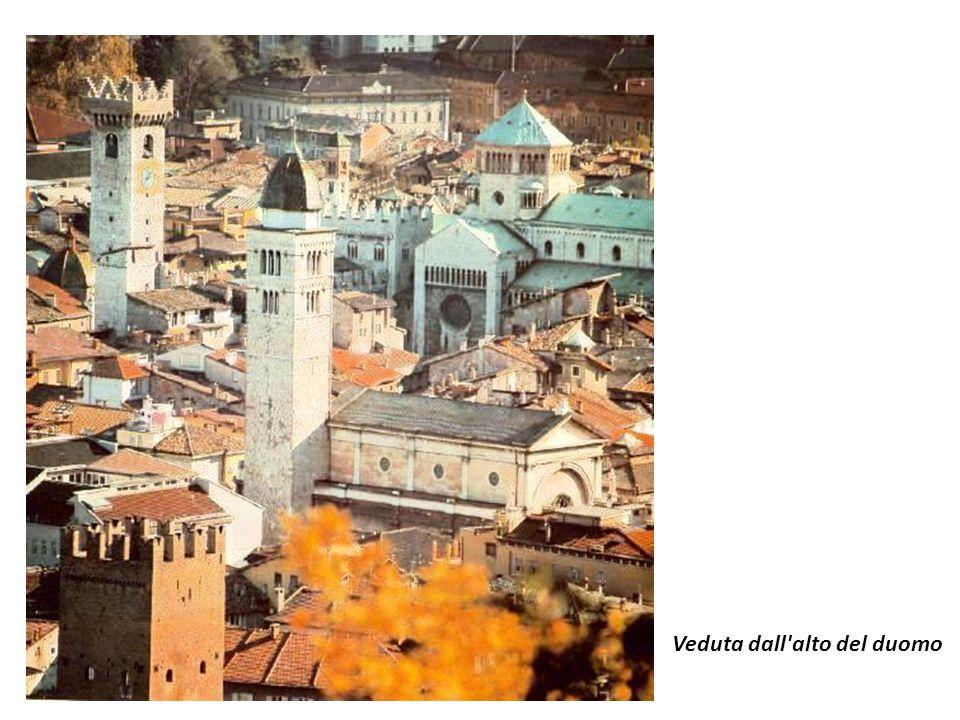 Il Duomo di San Vigilio, teatro del Concilio di Trento, è una imponente fabbrica romanica, iniziata nel 1212 da Adamo d Arogno, appoggiata al bell edificio pubblico del Castelletto.