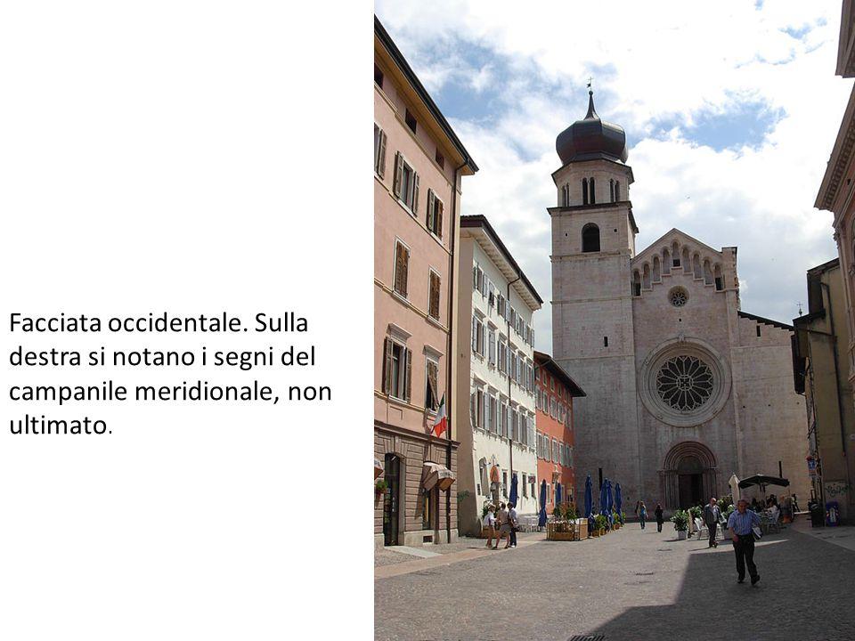 Facciata occidentale. Sulla destra si notano i segni del campanile meridionale, non ultimato.