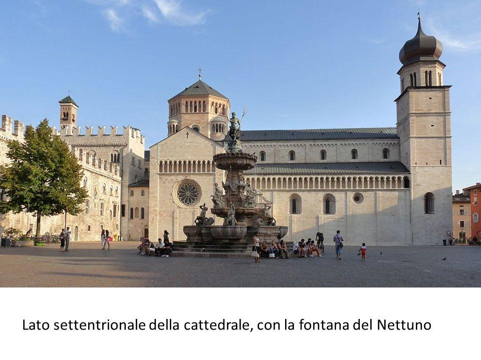 Lato settentrionale della cattedrale, con la fontana del Nettuno