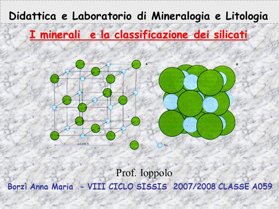 Anno terzo: 10h di didattica + 4 ore di laboratorio PREREQUISITI Conoscenza della struttura atomica, atomi e molecole Conoscenza dei legami chimici e delle principali caratteristiche della tavola periodica degli elementi Conoscenza dei solidi geometrici OBIETTIVI : Acquisire i concetti di: Minerali Proprietà chimiche e fisiche dei minerali Struttura cristallina e amorfa UNITA' DIDATTICA : CONTENUTI : I minerali: struttura cristallina e proprieta' chimico - fisiche La cella unitaria dei silicati e la classificazione dei silicati in funzione della struttura Descrizione dei minerali più significativi