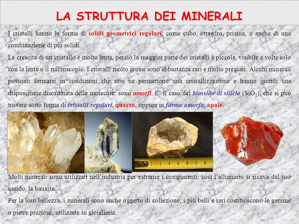 PROPRIETA' CHIMICHE E FISICHE DENSITA'2.65 g/cm 2 DUREZZA7 (scala di MOHS) SFALDATURAassente FRATTURAconcoide COLOREIncolore (allocromatico) LUCENTEZZADa trasparente a vitrea PROPRIETA' FISICHE DEL QUARZO E LORO SFRUTTAMENTO Alcune proprietà fisiche dei cristalli di quarzo sono la piezoelettricità e la piroelettricità (ovvero la capacità di polarizzare elettricamente le facce opposte del cristallo, in seguito ad una deformazione meccanica come la compressione o dopo riscaldamento).cristalli piezoelettricità Tali proprietà sono sfruttate dagli oscillatori, utilizzati in moltissime apparecchiature elettroniche fra le quali gli orologi al quarzo, le radio e praticamente tutti gli apparecchi digitali.oscillatoriorologi al quarzoradio Per le sue proprietà fisico-meccaniche il quarzo è ampiamente utilizzato nell industria dei rivestimenti, pavimentazioni, piani da lavoro sotto forma di agglomerato in lastre di spessore variabile.
