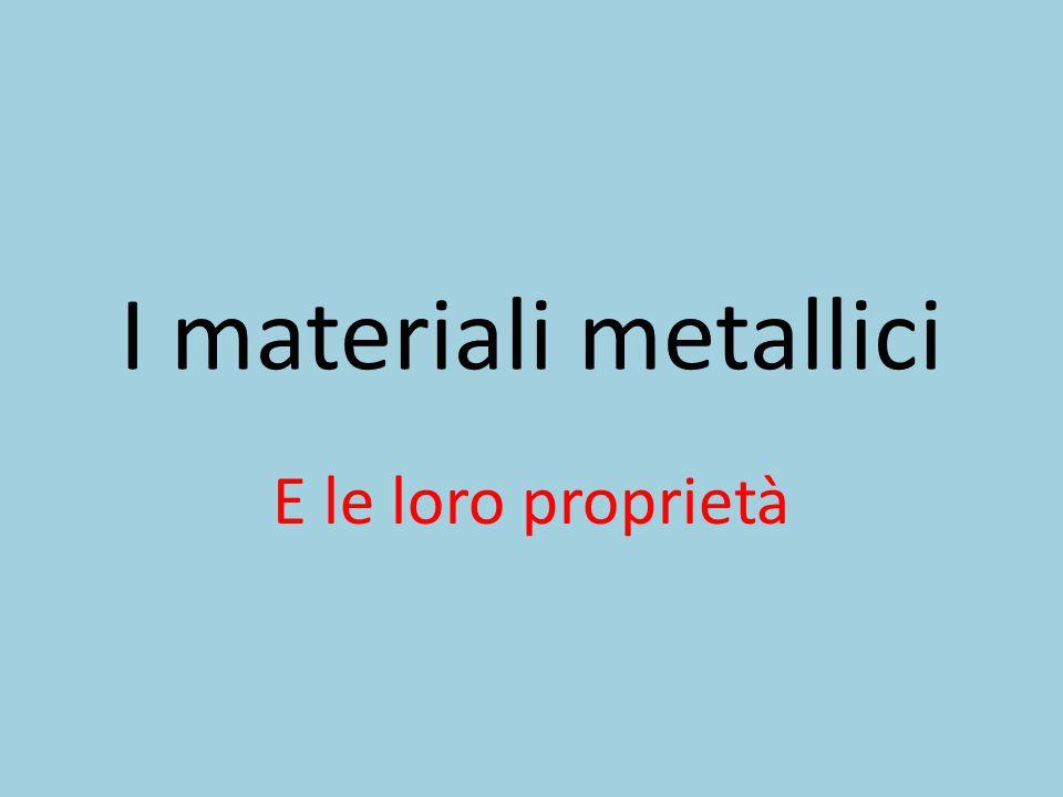I materiali metallici hanno diverse caratteristiche e proprietà e si dividono in:  Metalli hanno una buona resistenza fisica,una lucentezza metallica,sono duttili e malleabili e buoni conduttori di calore ed elettricità e si trovano allo stato solido e liquido (solo il mercurio) Ferro  Non metalli sono l'opposto dei non metalli e si trovano allo stato solido e gassoso carbonio