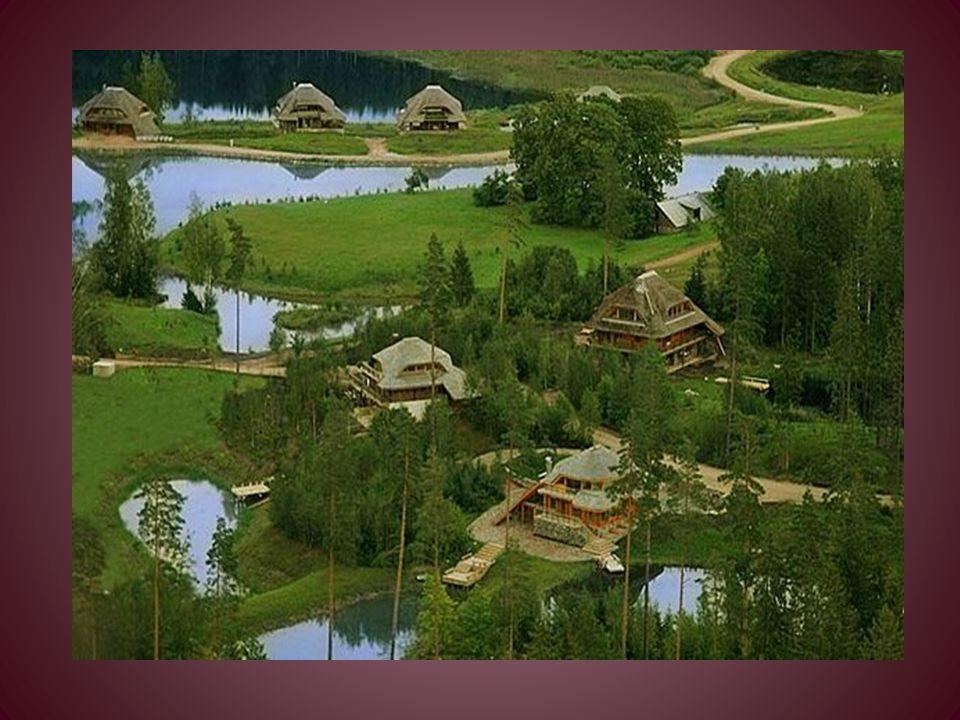 Le abitazioni sono realizzate con strutture esterne in legno di bosco e muratura complementare in pietra naturale, decorate in gesso o dipinte, o con pannelli di vetro per esterno.
