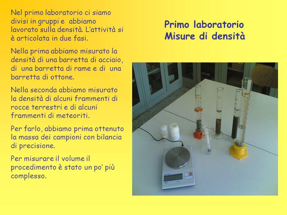 Nel primo laboratorio ci siamo divisi in gruppi e abbiamo lavorato sulla densità. L'attività si è articolata in due fasi. Nella prima abbiamo misurato