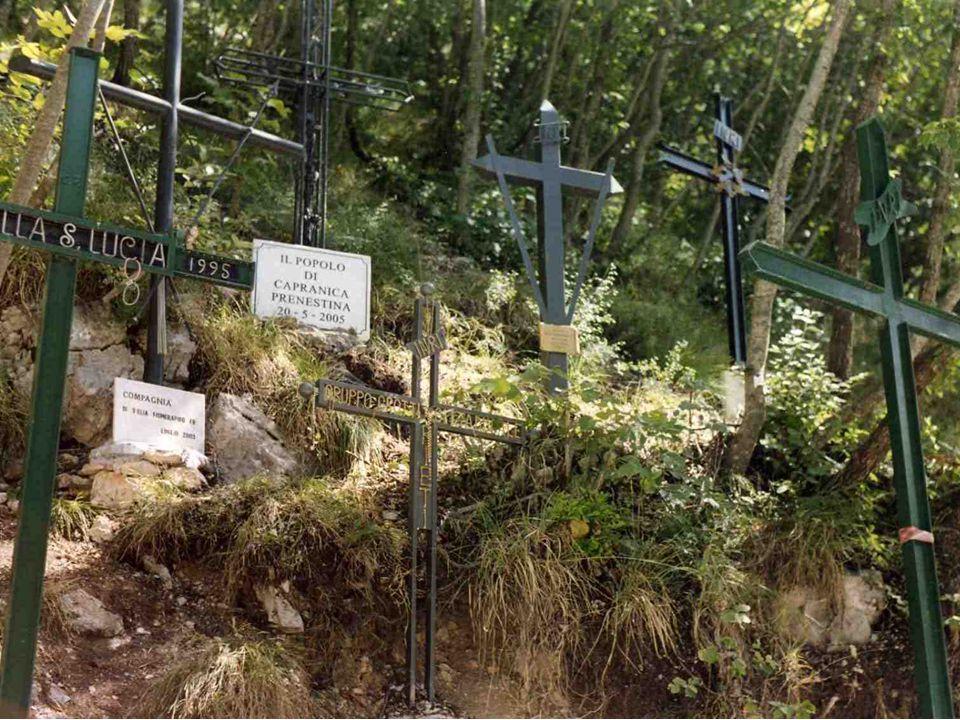 Croci piantate dai fedeli a ricordo dei loro pellegrinaggi al Santuario