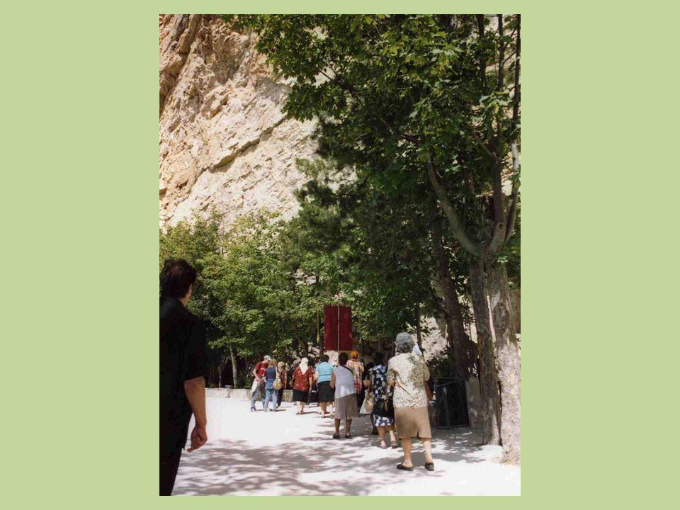 La Cappella che custodisce l'affresco della Santissima Trinità si trova ai piedi di un'immensa ed impressionante parete rocciosa.