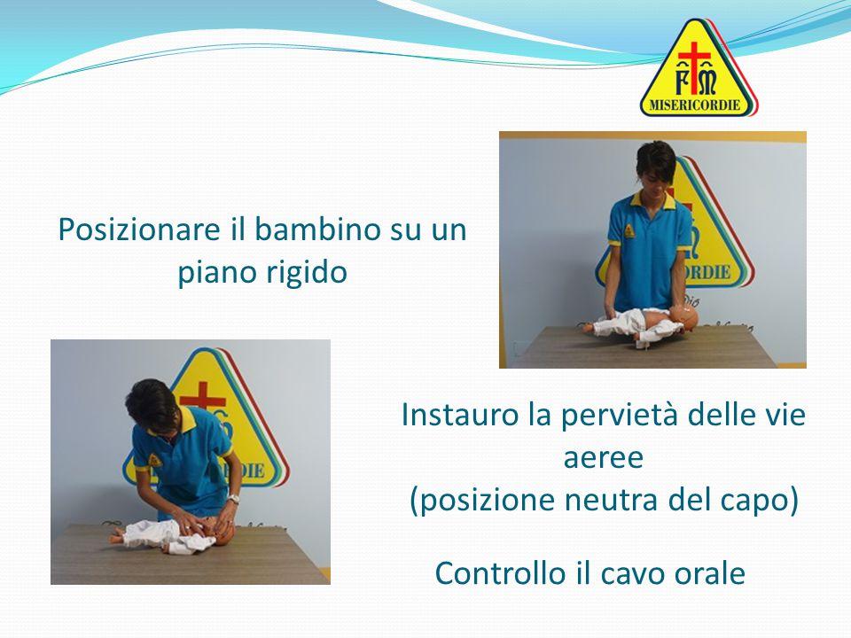 Posizionare il bambino su un piano rigido Instauro la pervietà delle vie aeree (posizione neutra del capo) Controllo il cavo orale