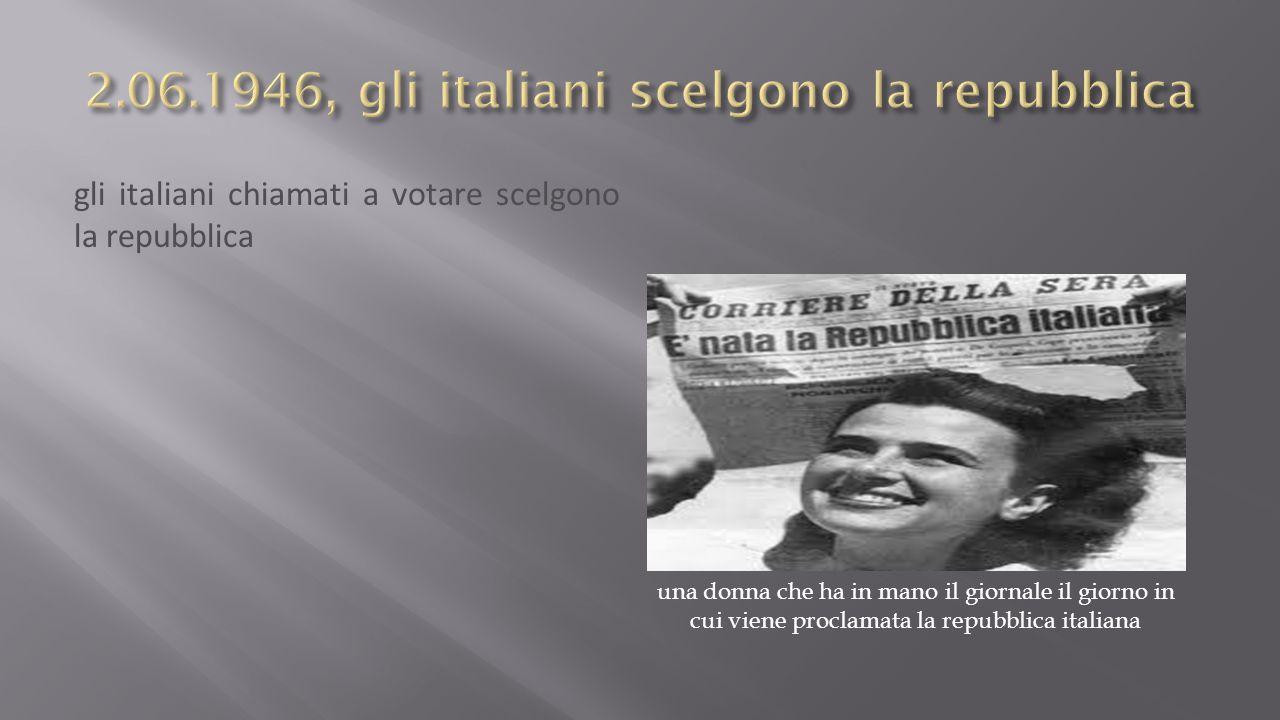 gli italiani chiamati a votare scelgono la repubblica una donna che ha in mano il giornale il giorno in cui viene proclamata la repubblica italiana
