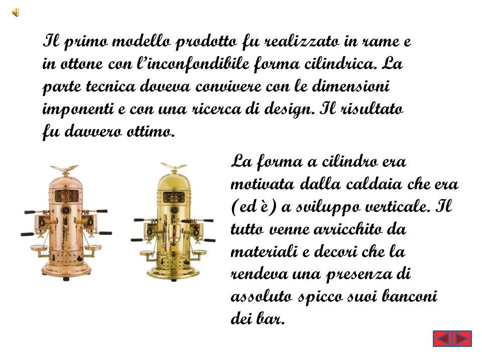 Il primo modello prodotto fu realizzato in rame e in ottone con l'inconfondibile forma cilindrica. La parte tecnica doveva convivere con le dimensioni