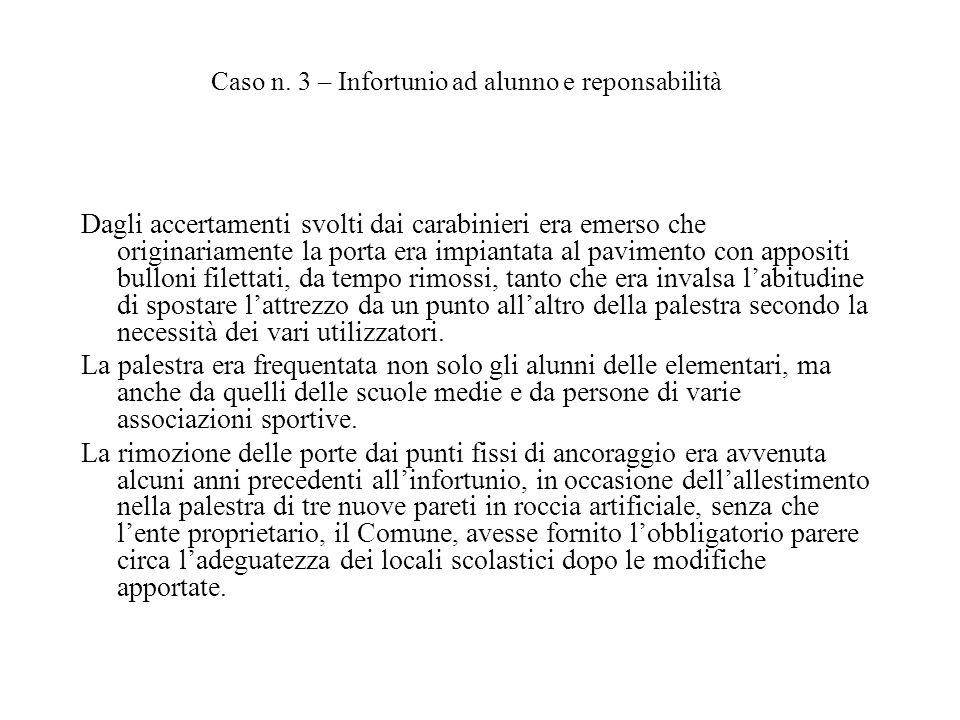 Dagli accertamenti svolti dai carabinieri era emerso che originariamente la porta era impiantata al pavimento con appositi bulloni filettati, da tempo