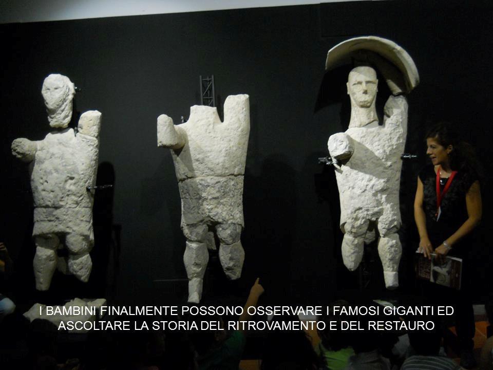 GENITORI IN ATTESA DELL'APERTURA DEL MUSEO CIVICO GIOVANNI MARONGIU
