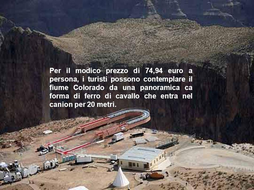 Per il modico prezzo di 74,94 euro a persona, i turisti possono contemplare il fiume Colorado da una panoramica ca forma di ferro di cavallo che entra