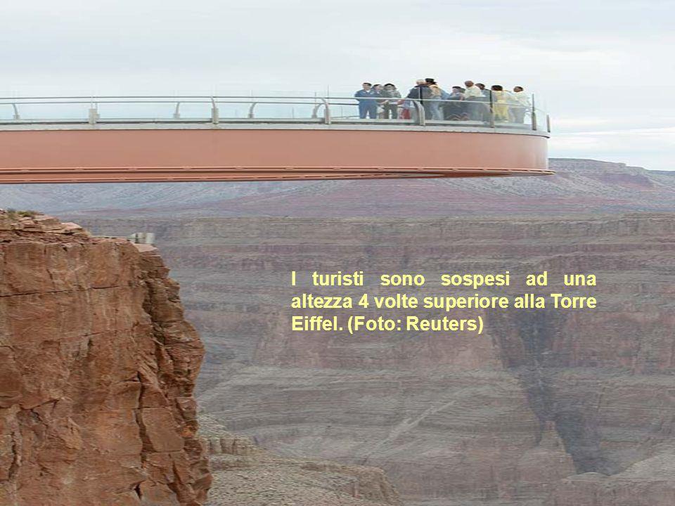 I turisti sono sospesi ad una altezza 4 volte superiore alla Torre Eiffel. (Foto: Reuters)