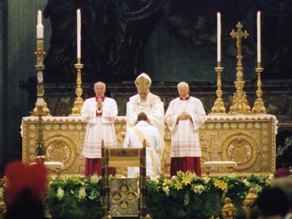 Noi sacerdoti possiamo pensare ad una grande schiera di sacerdoti santi, che ci precedono per indicarci la strada: a cominciare da Policarpo di Smirne ed Ignazio d'Antiochia attraverso i grandi Pastori quali Ambrogio, Agostino e Gregorio Magno, fino a Ignazio di Loyola, Carlo Borromeo, Giovanni Maria Vianney, fino ai preti martiri del Novecento e, infine, fino a Papa Giovanni Paolo II che, nell'azione e nella sofferenza ci è stato di esempio nella conformazione a Cristo, come dono e mistero .