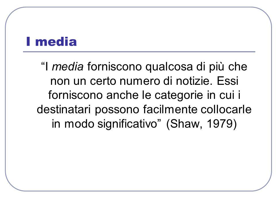 """I media """"I media forniscono qualcosa di più che non un certo numero di notizie. Essi forniscono anche le categorie in cui i destinatari possono facilm"""