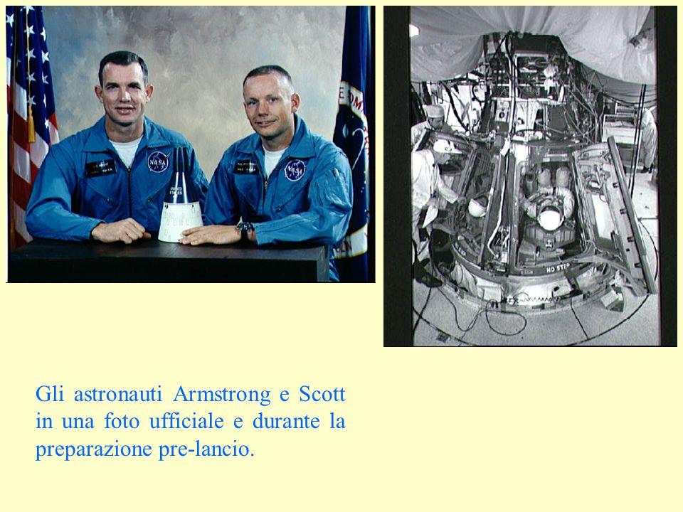 Gli astronauti Armstrong e Scott in una foto ufficiale e durante la preparazione pre-lancio.